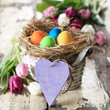 Osterkörbchen mit Herz und bunten Eiern