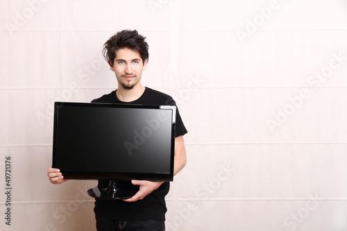 Mann mit Fernseher