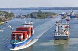 Containerschiff auf dem Nord-Ostsee-Kanal bei Kiel, Deutschland
