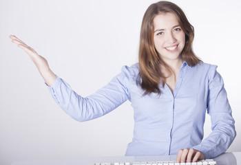 chica joven secretaría en recepción