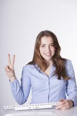 chica joven secretaría con los dedes en v
