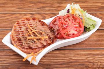 hamburguesa de pollo con zanahoria y lechuga