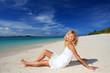 南国のビーチで寛ぐ笑顔の女性