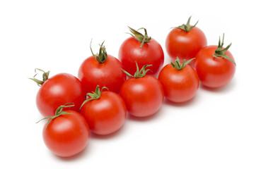 Freschi pomodori ciliegio isolati su sfondo bianco