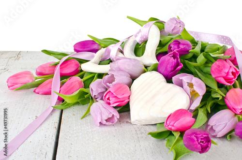 Happy Birthday: Blumengruß mit Holz-Herzen