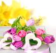 Herzlicher Frühlingsgruß: Zwei Holzherze mit Tulpen