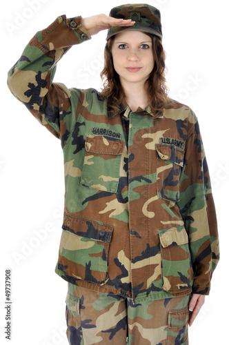 Junge Frau im Armeeuniform salutiert