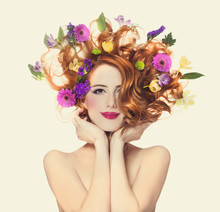 Piękne dziewczyny rude z kwiatów samodzielnie.