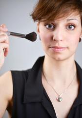 Frau mit Makeup Pinsel
