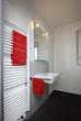 Kleines Badezimmer nach Renovierung mit Handtuchheizung