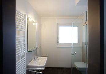 Kleines Badezimmer nach Renovierung