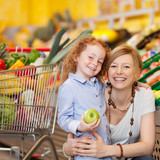 mutter und tochter beim einkauf im supermarkt