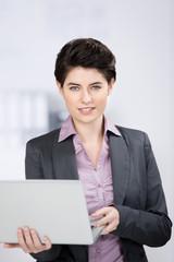 geschäftsfrau mit laptop am arbeitsplatz