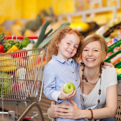 mutter und tochter beim einkauf im supermarkt - 49742712