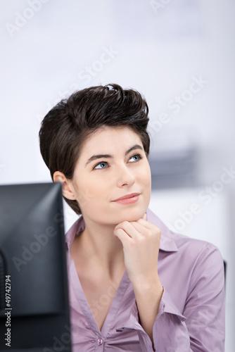 geschäftsfrau denkt an etwas