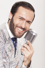Lächelnder Sänger beim Auftritt