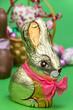Osterhase mit rosa Schleife