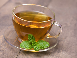 Tee mit Pfefferminzblatt