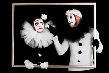 Ein trauriger Clown wird getröstet