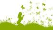 Frau in Blumenwiese mit Schmetterlingen