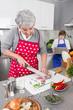 Enkel mit Großmutter in der Küche