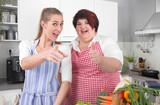 Witziges Paar - Freundinnen in der Küche