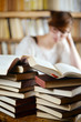 lernende Frau mit Büchern
