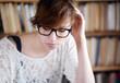 Lesende Frau mit Brille