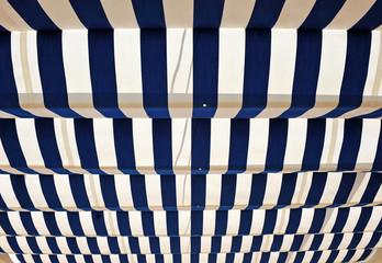 Toldo de rayas azules, verano
