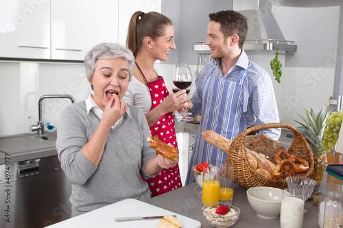 Junges Paar mit der Schwiegermutter in der Küche