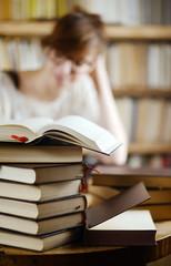 viele Bücher vor einer Frau