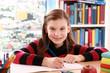 Mädchen macht Hausaufgaben und lächelt