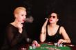 junge Frauen beim Pokern
