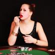 junge Frau beim Pokern
