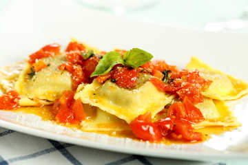 pasta italiana ravioli ripieni con salsa di pomodoro