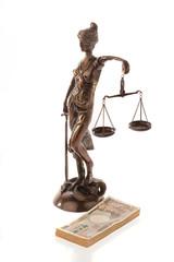 Justitia und Yen. Symbol für Rechtskosten