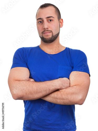 Junger Mann verschränkt die Arme selbstbewusst