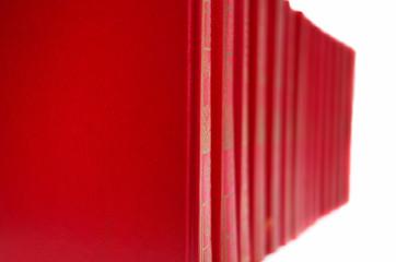 alignement de livres rouges