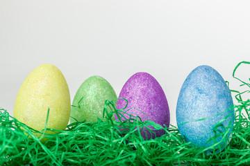 Oster auf Ostergras mit hellem Hintergrund