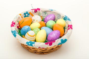 Osterkorb mit Eiern als Dekoration