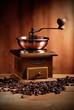 macinino del caffè di legno  con chicchi