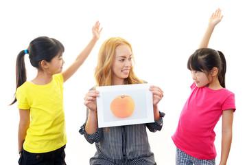英語を学ぶ二人の女の子