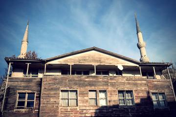 historisches Holzhaus vor Blauer Moschee