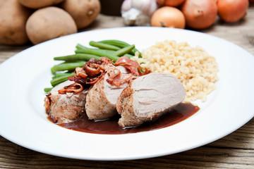 Schweine Filet mit Speck grünen Bohnen und Weizenkörner