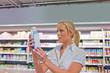 Frau kauft Milch im Supermarkt