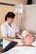 Krankenschwester gibt einem Patienten eine Infusion