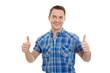 Erfolgreicher junger Mann mit kariertem Hemd in Blau