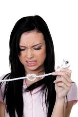 Strompreis. Hände mit Kabel und Stecker für Strom.