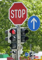 Rote Ampel und Stoppschild