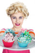 Junge hübsche blonde Frau serviert Cupcake